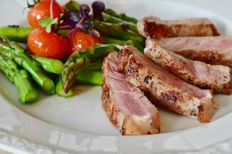 Simple dinner: Meat with asparagus