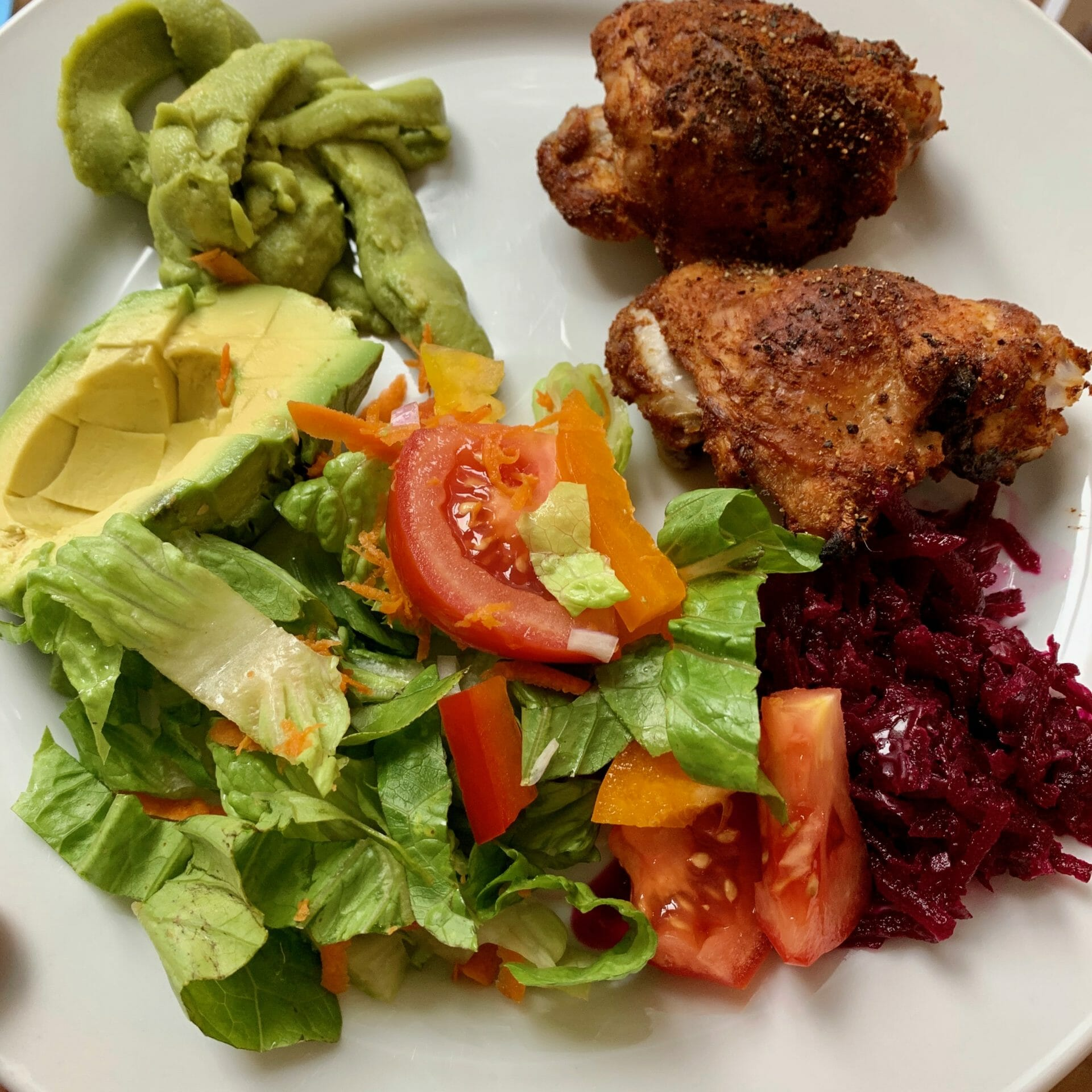 Fried chicken with lettuce, peppers, tomatoes, avocado, guacamole and fermented red beets