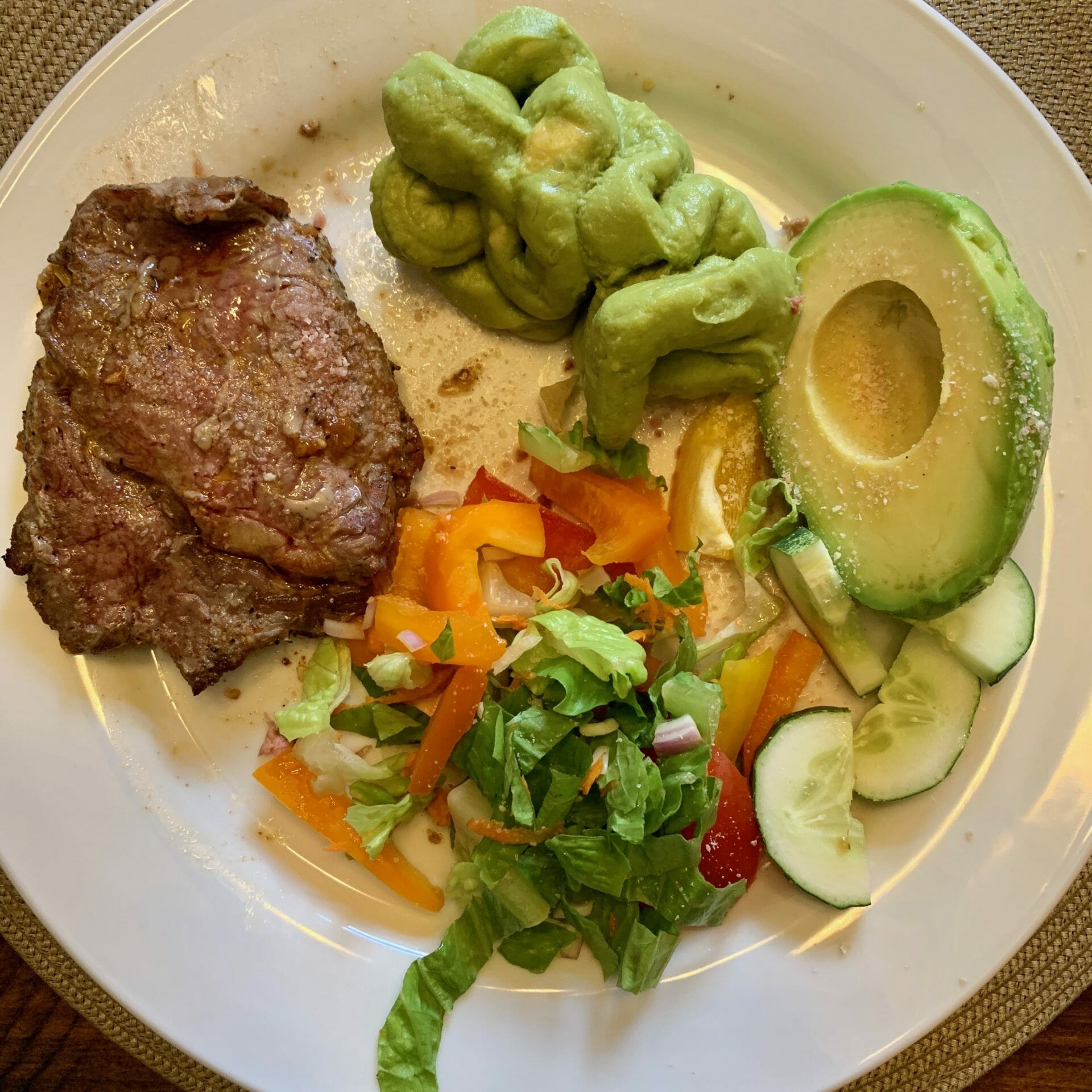 Meat with lettuce, peppers, tomatoes, cucumbers, avocado and guacamole