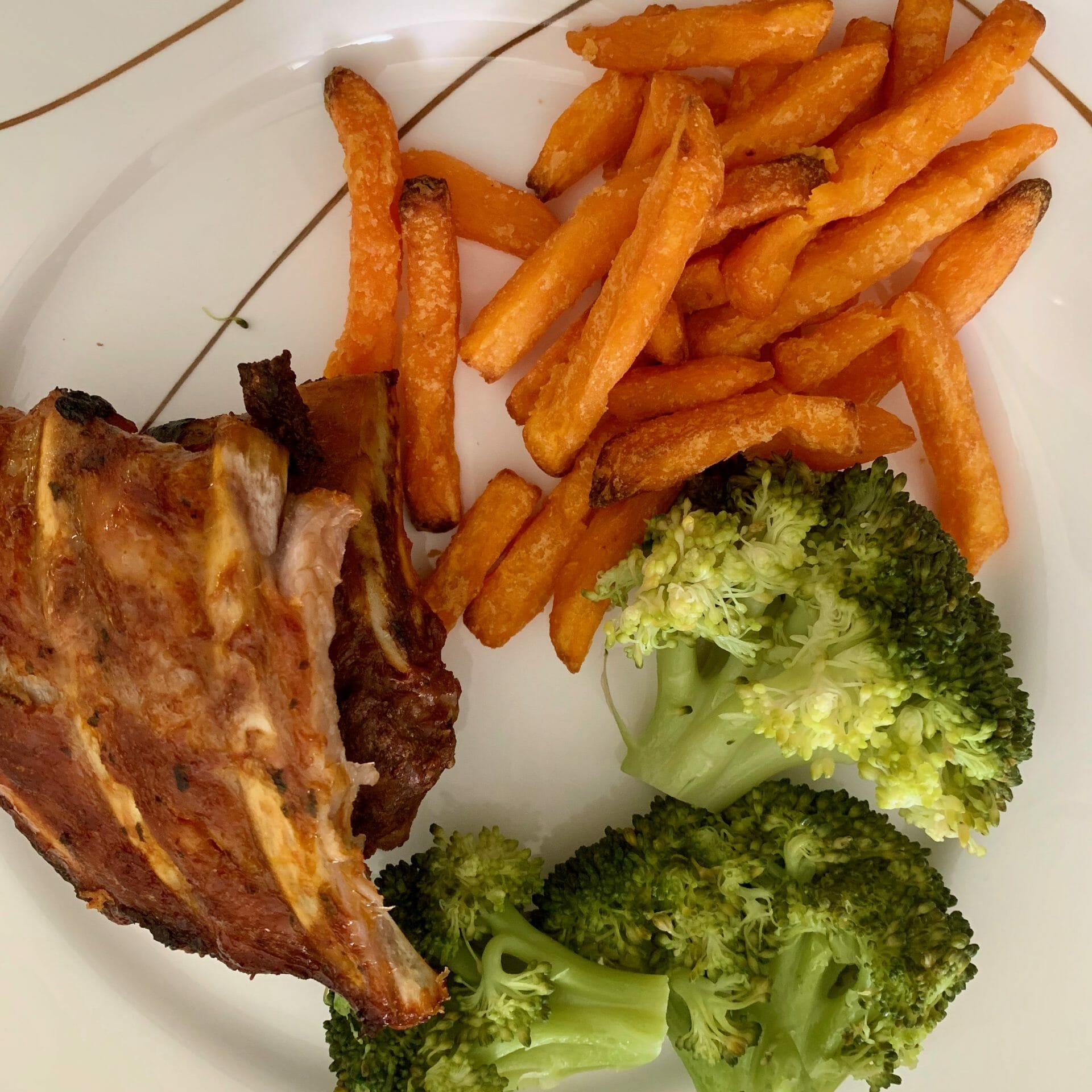 Ribs with sweet potato fries and broccoli